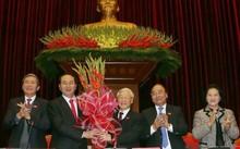 Các đại biểu chúc mừng Tổng bí thư Nguyễn Phú Trọng tại Đại hội XII. Ảnh: TTXVN .