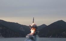 Triều Tiên phóng thử tên lửa đạn đạo từ tàu ngầm hôm 23/4/2016. Ảnh: KCNA