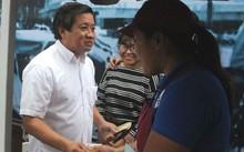 Ông Đoàn Ngọc Hải, Phó Chủ tịch UBND quận 1 tặng quà cho các hộ kinh doanh tại phố hàng rong.