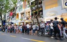 Khách hàng xếp hàng trong ngày một cửa hàng trà sữa ngoại ra mắt trên đường Ngô Đức Kế quận 1, TP HCM. Ảnh: Foody.vn