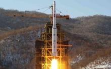 Triều Tiên dùng một tên lửa ba giai đoạn để đưa vệ tinh lên không trung năm 2012. (Ảnh: KCNA)