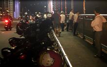 Người dân tập trung trên cầu Thuận Phước theo dõi việc tìm kiếm thi thể nạn nhân