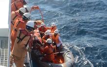 Cứu trợ 3 ngư dân bị nhiễm độc khí gas trên biển