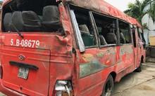 Xe khách tông cột điện lật nhào khiến 2 người tử vong