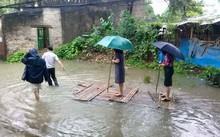 Thanh Hóa: Nữ Chủ tịch phường mặc váy đứng trên bè được kéo đi thị sát mưa lũ