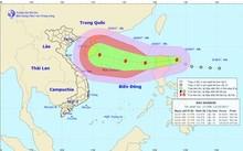 Bão Khanun càn quét biển Đông với sức gió giật cấp 13