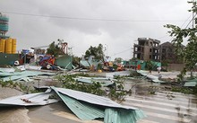 Nhiều mái tôn bị gió bão cuốn bay trên đường. Ảnh: Báo Khánh Hòa