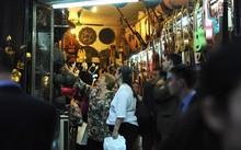 Nữ tổng thống Chile thoải mái đi thăm thú phố cổ Hà Nội.Ảnh: Tiền Phong