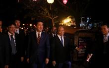 Thủ tướng Nguyễn Xuân Phúc và Thủ tướng Abe dạo thăm phố cổ Hội An