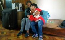 Hiện cháu K. đang ở cùng mẹ và ông bà ngoại. Ảnh: Dân trí