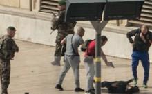 Cảnh sát Pháp khống chế một nghi phạm tại hiện trường vụ tấn công ở Marseille ngày 1/10