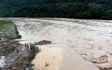Các lực lượng nỗ lực tìm kiếm các nạn nhân bị nước lũ cuốn trôi tại Yên Bái.