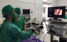Bác sỹ xử lý cấp cứu cho bệnh nhân.