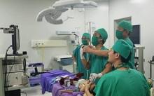 Các bác sĩ tiến hành cấp cứu cho bệnh nhi 18 tháng tuổi