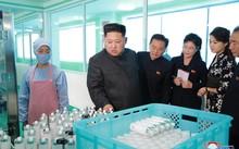 Nhà lãnh đạo Triều Tiên Kim Jong-un trong một chuyến thăm nhà máy sản xuất mỹ phẩm