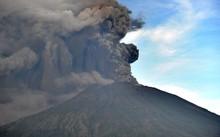 Núi lửa Bali phun trào, hàng chục chuyến bay bị gián đoạn