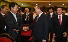 Thủ tướng thăm hỏi một học viên người Lào tại Học viện Hồ Chí Minh