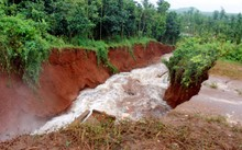 Đê hồ Gia Hoét 1 bị vỡ.