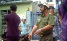 Đối tượng Nguyễn Hồng Ân thực nghiệm lại hiện trường vụ cướp xe của anh Quách Minh Thảo.