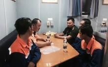 Lực lượng Đồn biên phòng Côn Đảo tiến hành các thủ tục tiếp nhận 03 ngư dân bị nạn từ tàu SAR413