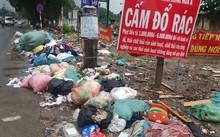 Bao rác nằm ngổn ngang, chất thành đống trên lề đường.