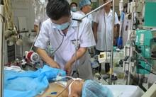 Các bác sĩ cấp cứu cho nạn nhân vụ tai biến trong khi chạy thận tại BV Đa khoa Hòa Bình