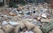 Khu vực đất thuộc dự án cống hóa mương thoát nước Ngọc Hà – Giang Văn Minh trở thành điểm tập kết rác thải của nhiều người thiếu ý thức.