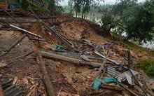 Xưởng cưa của người dân bị cuốn xuống sông Hương. ảnh H.Đội