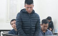 Thám (đứng), Văn (trái) và Khang tại tòa.