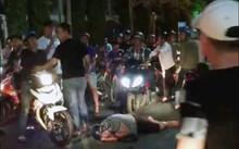 Sau khi bị đánh, nam thanh niên nằm bất động trên đường.