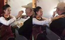 Nữ tiếp viên được tôn vinh vì quỳ gối cho khách tàn tật ăn