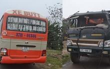 Xe tải đâm xe buýt, hơn 30 hành khách hoảng loạn