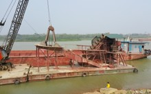Cả làng góp tiền mua tàu đuổi 'cát tặc'