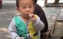 Dân mạng sốc với nhóc 2 tuổi hút thuốc như người lớn
