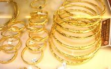 Giá vàng hôm nay 4/10: Giá vàng trong nước giảm mạnh, vàng thế giới phá đáy