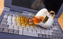 """Cách """"cấp cứu"""" khẩn cấp laptop khi bị dính nước"""