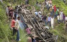 Ấn Độ: Xe khách bị nước lũ cuốn, 50 người có thể đã chết