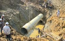 Lại vỡ ống nước sông Đà, dân Thủ đô khốn khổ vì mất nước