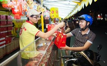 Chọn mua bánh tại quầy bánh Trung thu Kinh Đô ở công viên Lê Thị Riêng,TP HCM.