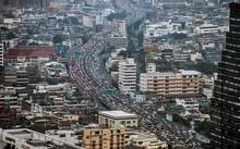 Dòng xe đông đúc trong giờ cao điểm buổi sáng ở Bangkok. Tele Atlas (Hà Lan), một trong những công ty định vị và thực hiện bản đồ lớn nhất thế giới, nhận định Bangkok là một trong 10 thành phố kẹt xe nghiêm trọng nhất thế giới, bên cạnh các đô thị như Thà