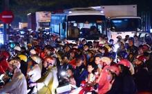 Cơn mưa cuối giờ chiều ngày cuối tuần làm tuyến đường Nguyễn Văn Linh - Nguyễn Hữu Thọ ùn tắc. Xe tải, xe đầu kéo, xe máy chen nhau xếp hàng dài hàng km.    Vào giờ cao điểm khu vực này thường xảy ra tình trạng ùn ứ nhưng người đi đường không thể hình dun