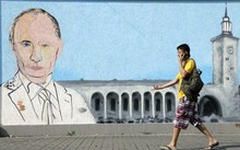 Một bức graffiti vẽ Tổng thống Nga Vladimir Putin ở trung tâm thành phố Crimea của Simferopol. (Nguồn: AFP)