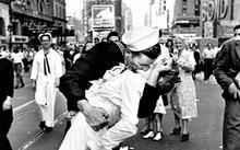 """""""Ngày V-J ở Quảng trường Thời đại"""", một trong những bức ảnh nổi tiếng nhất thế kỷ XX. Ảnh: Alfred Eisenstaedt"""