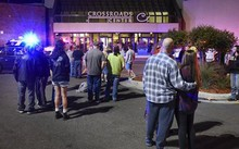 Người dân đứng ngoài trung tâm mua sắm Crossroads Center, thành phố St. Cloud, bang Minnesota, ngày 17/9. Ảnh: AP