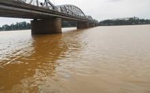 Đoạn qua cầu Tràng Tiền ngày thường luôn có thuyền rồng chở khách đậu, nay không còn một bóng thuyền. Ảnh: Võ Thạnh.