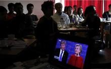 Người Trung Quốc tụ tập xem cuộc tranh luận giữa hai ứng viên tổng thống Mỹ. Ảnh: SCMP