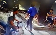 Tài xế cầm dao truy đuổi người đàn ông trên phố. Ảnh: Cắt từ camera.