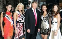 Trump chụp ảnh với các thí sinh tham dự Hoa hậu Hoàn vũ năm 2006 trước buổi ghi hình hôm 17/7/2006. Hoa hậu Phần Lan tóc vàng, đứng bên phải Trump. Ảnh: US Magazine