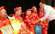 Ông Phan Nguyễn Minh Nhựt – Giám đốc Kinh doanh khu vực HCM của Vinamilk tặng quà cho các Cụ trong lễ mừng thọ
