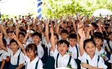 Quỹ sữa Vươn cao Việt Nam và Vinamilk trao tặng sữa cho trẻ em tại Vĩnh Long